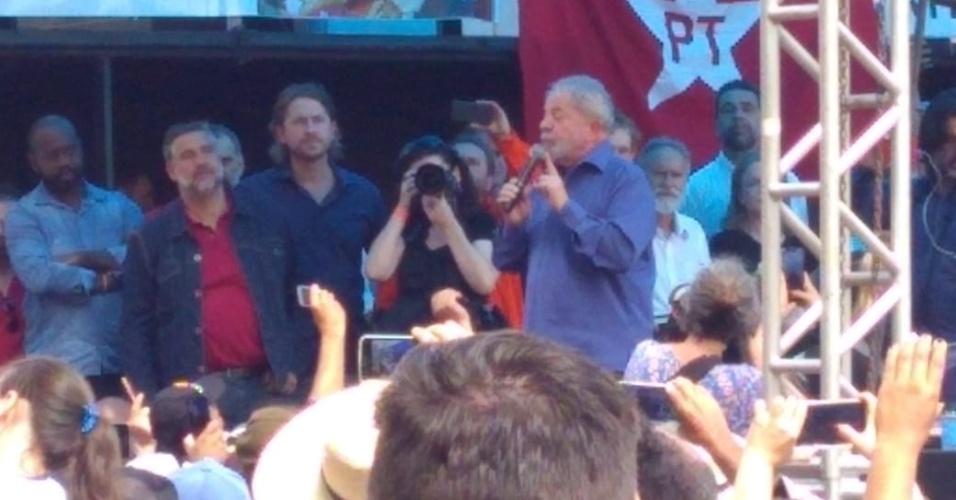 26.mar.2018 - Ex-presidente Luiz Inácio Lula da Silva fala para apoiadores em Francisco Beltrão, no Oeste do Paraná, durante sua caravana pelo Sul do país