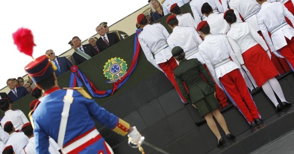 19.abr.2018 - Michel Temer e Villas Bôas participaram de solenidade em homenagem ao Dia do Exército --comemorado todo 19 de abril-- no Quartel-General da Forç,a em Brasília. Foram entregues a condecoração da Ordem do Mérito Militar a mais de 350 pessoas, entre autoridades, militares, instituições e organizações
