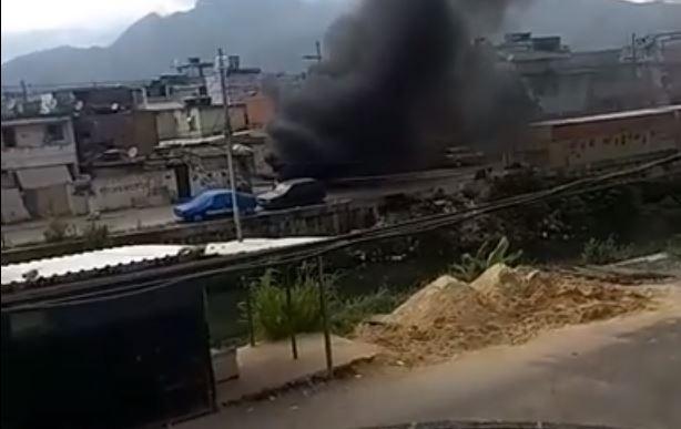 Imagem gravada por morador mostra barricada em chamas na Cidade de Deus