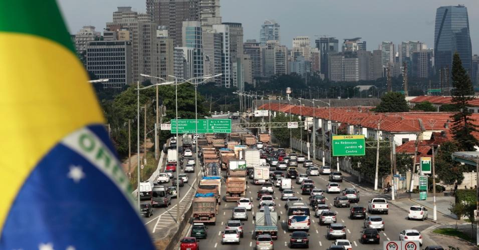 Caminhoneiros interrompem o tráfego no sentido Interlagos da Marginal Pinheiros, altura da ponte Eusébio Matoso, em São Paulo