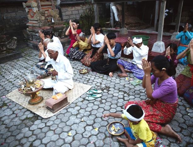 I Gusti Mangku Sasak, um curandeiro balinês, lidera oração em Bali - Malin Fezehai/The New York Times