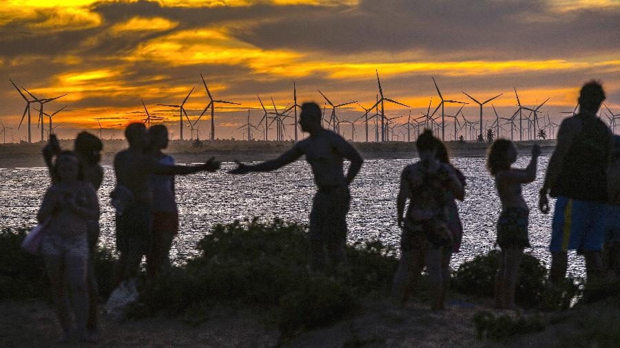 Turistas observam pôr-do-sol na praia de Tourinhos, no Rio Grande do Norte, Brasil - Dado Galdieri/The New York Times