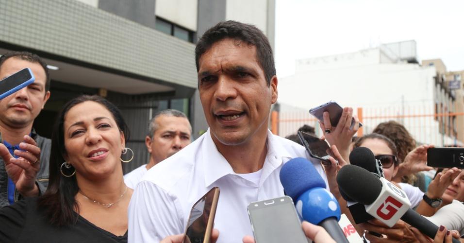 O candidato Cabo Daciolo atende a imprensa após votar acompanhado da mulher e dos filhos na região do Recreio dos Bandeirantes, no Rio de Janeiro