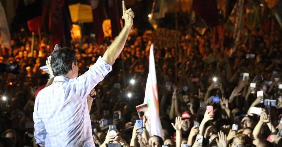 25.out.2018 - Fernando Haddad (PT), candidato à Presidência da República, participa de ato de campanha em Recife