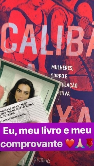 28.out.2018 - A atriz e cantora Cleo Pires também levou um livro para a votação