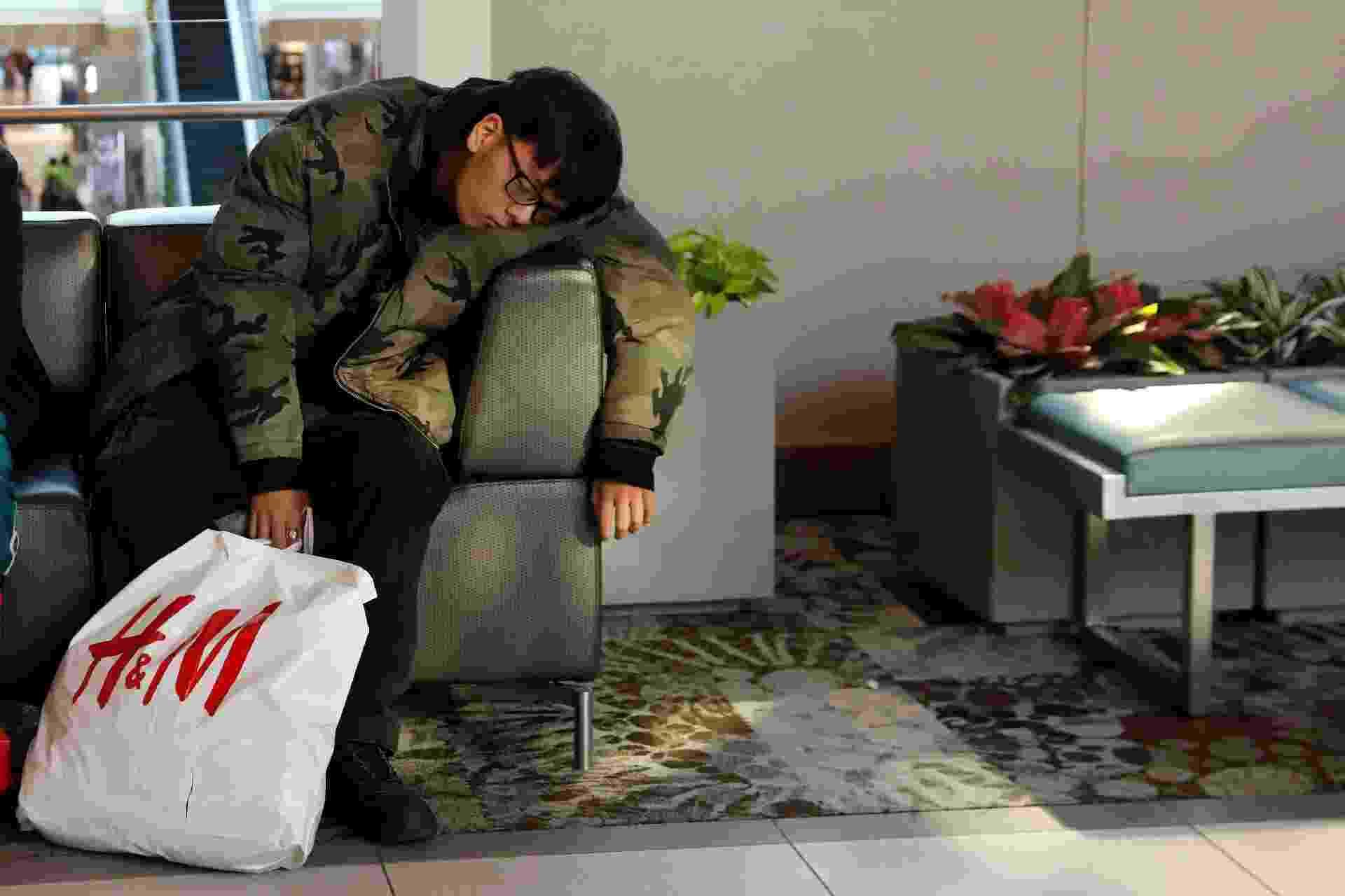 23.nov.2018 - Consumidor cochila em um sofá do shopping Roosevelt Field, em Garden City, Nova York, durante as compras da Black Friday nesta sexta-feira - Shannon Stapleton/Reuters