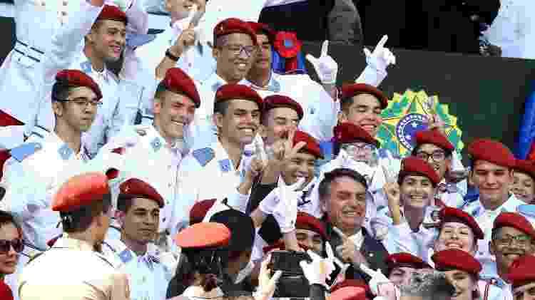 19.abr.2018 - Jair Bolsonaro, pré-candidato à Presidência da República, participa de cerimônia do Exército e posa com alunos do Colégio Militar de Brasília - Pedro Ladeira/Folhapress