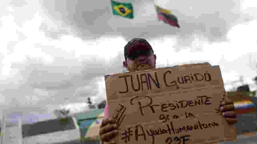 21.fev.2019 - Manifestante pró-Juan Guaidó apoia pedido de ajuda humanitária na fronteira do Brasil com a Venezuela - RICARDO MORAES/Reuters