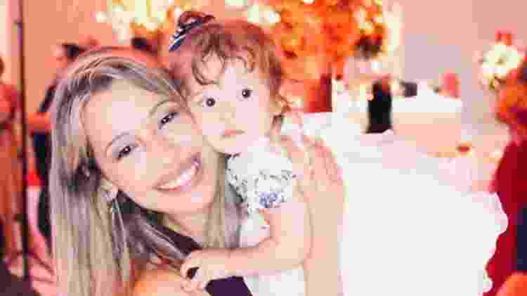 A fisioterapeuta Amanda Santos usa redes sociais para divulgar seu trabalho e acompanhar as atividades da escola da filha - Arquivo pessoal