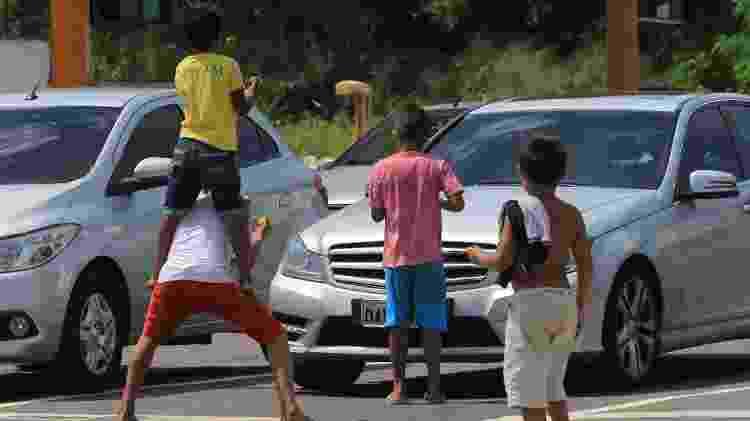 Crianças pedem dinheiro e fazem acrobacias e malabarismo em rua da cidade de Manaus (AM) - Marcio Melo/Folhapress