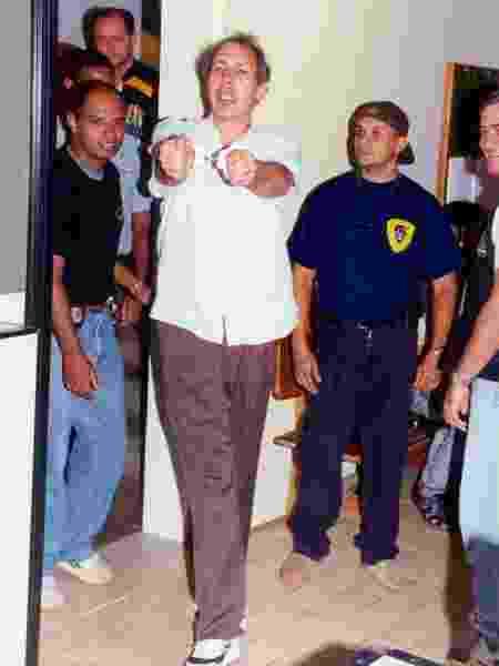 Hildebrando Pascoal sai algemado da Justiça Federal do Acre em 2003 - Marcos Vicentti/Folha Imagem