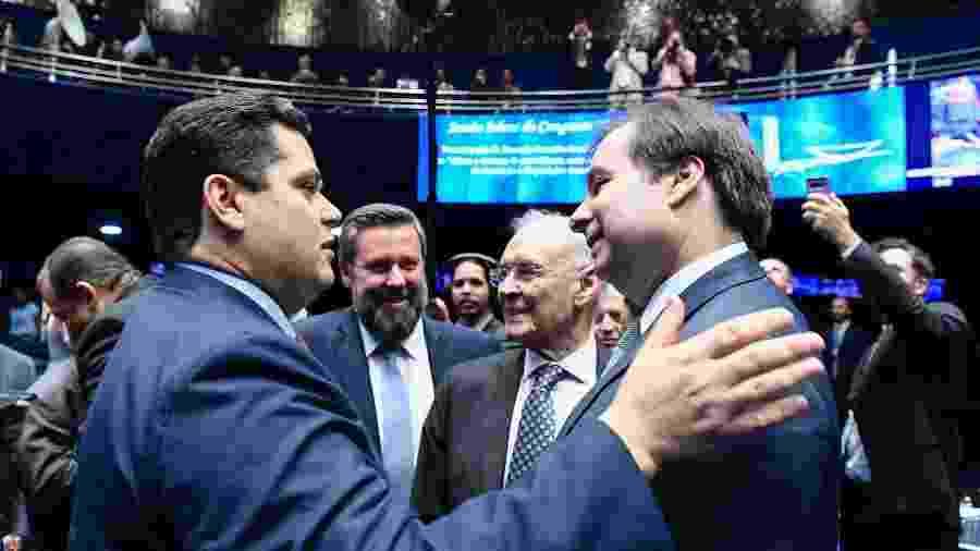 Alcolumbre e Maia se cumprimentam durante sessão solene do Congresso Nacional - Geraldo Magela/Agência Senado
