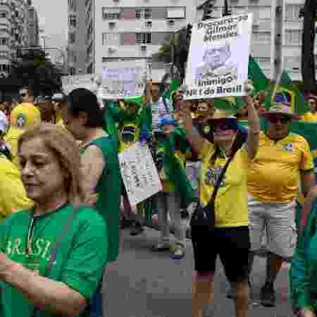 17.nov.2019 - Manifestante segura cartaz em ato contra o ministro Gilmar Mendes - DANIEL RESENDE/FUTURA PRESS/ESTADÃO CONTEÚDO
