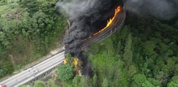 Caminhão pega fogo ao tombar em rodovia de SP, e uma pessoa morre; assista - UOL