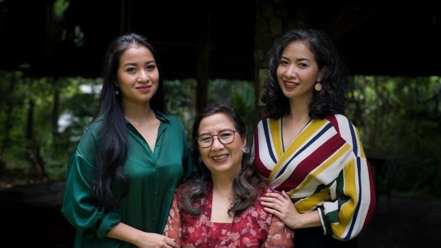 Sita Tyasutami (à esq.), Maria Darmaningsih (centro) e Ratri Anindyajati (à dir.) dizem que coronavírus mudou a vida delas para sempre - Ardito Kodijat
