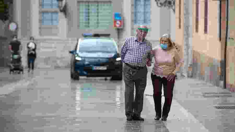Idosos caminham durante a pandemia - Getty Images