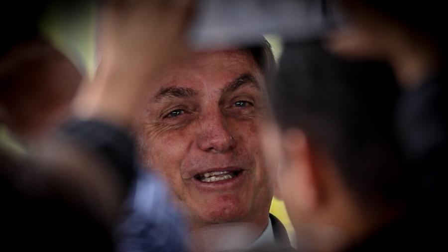 """Imagem de arquivo mostra o presidente Jair Bolsonaro provoca aglomeração de seus apoiadores no """"cercadinho"""", local onde revelou que mexerá no setor energéticodo Palácio da Alvorada - Gabriela Biló/Estadão Conteúdo"""