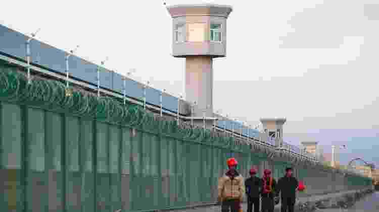 Estima-se que até um milhão de muçulmanos tenham sido detidos em campos de prisioneiros em Xinjiang - Reuters - Reuters