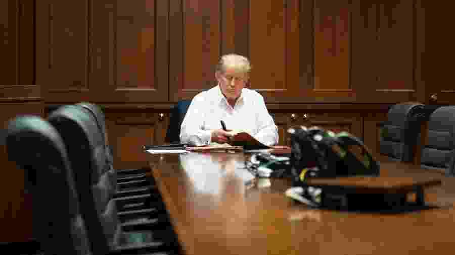 3.out.2020 - O presidente Donald Trump em um gabinete improvisado no hospital militar Walter Reed, em Maryland - 3.out.2020 - Reprodução/Twitter/IvankaTrump