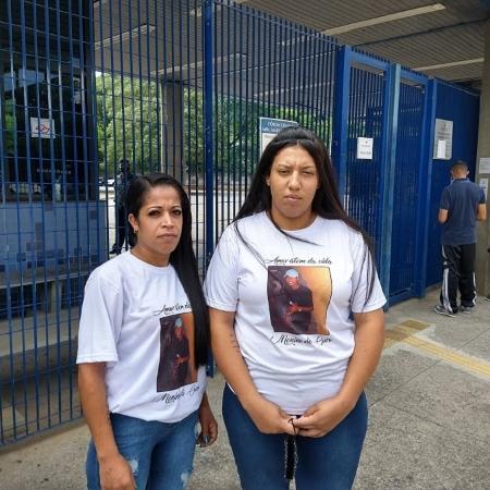 Joyce Silva, à esquerda, mãe de Guilherme Guedes, e Kauana Guedes, tia da vítima, antes de entrarem na audiência de instrução do caso - Marcelo Oliveira/UOL