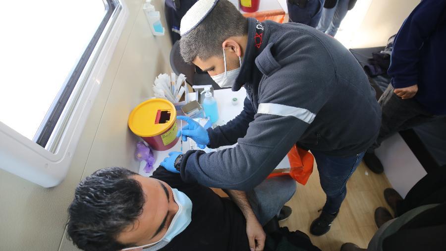 Na semana passada, Israel começou a administrar terceira dose da vacina da Pfizer em pacientes com baixa imunidade - Mostafa Alkharouf/Anadolu Agency