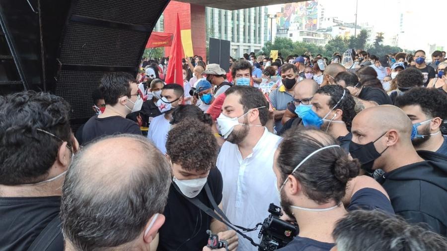 29.mai.2021 - Guilherme Boulos pouco antes de discursar em carro de som na avenida Paulista durante manifestação contra Bolsonaro - Leonardo Martins/UOL