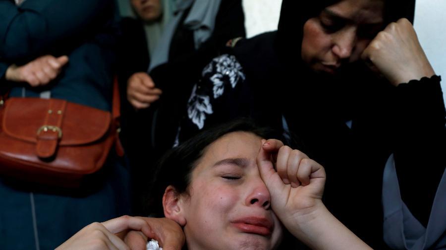 17.jun.2021 - A irmã e mãe do adolescente palestino Ahmed Zahi choram durante o funeral do jovem em Beita, na Cisjordânia - REUTERS / Mohamad Torokman TPX