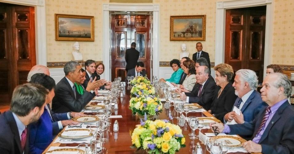 29.jun.2015 - A presidente Dilma Rousseff jantou com o presidente norte-americano, Barack Obama, no Blue Room da Casa Branca. No cardápio, bruschetta de berinjela, salada caprese e de espinafre, cordeiro grelhado com ervas e cuscuz de couve-flor