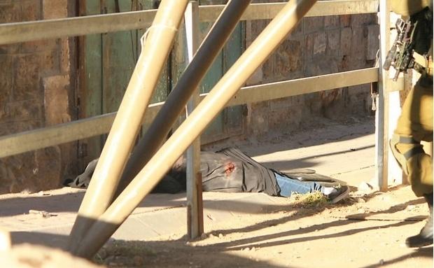 22.set.2015 - Corpo da estudante palestina Hadeel al-Hashlamon, 18, morta a tiros por um soldado israelense. A versão do Exército é que ela ameaçou-o com uma faca. Testemunhas dizem que ela não queria ser revistada por homens