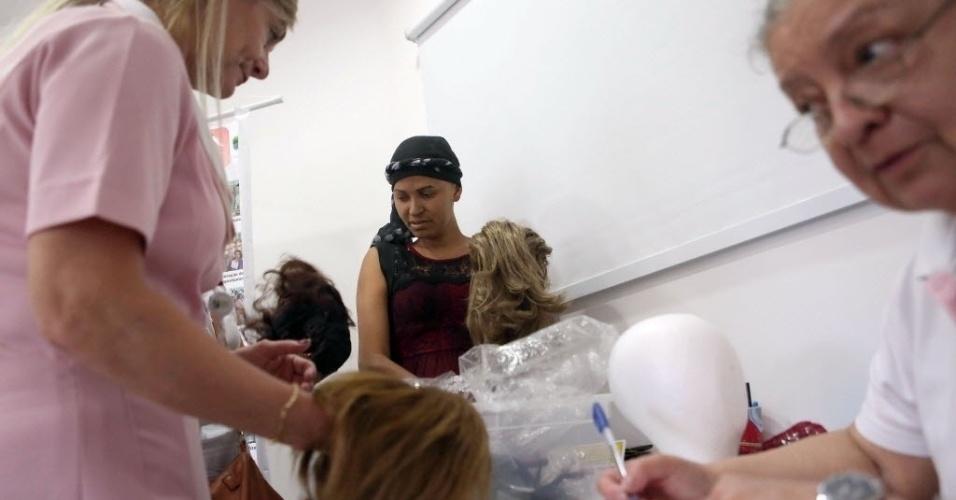 16.out.2015 - Voluntárias arrumam as perucas no centro de doação voluntária do Instituto de Câncer do Estado de São Paulo (ICESP). Os voluntários doam as perucas para pacientes do instituto. Além das doações, as voluntárias aproveitam o Outubro Rosa para alertar sobre a importância do diagnóstico precoce do câncer de mama. De acordo com a Organização Mundial de Saúde (OMS), mais de 460 mil mulheres morrem por ano em todo mundo com a doença, e o diagnostico precoce ajuda no combate a doença