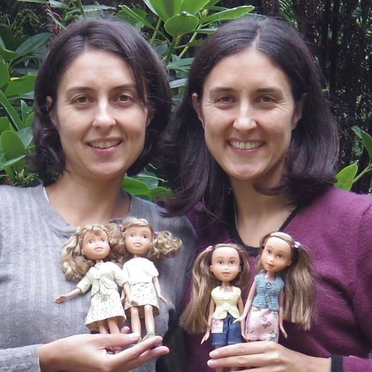 11.fev.2016 - A artesã australiana Sonia Singh (à direita), sua irmã gêmea e as bonecas criadas em duplas