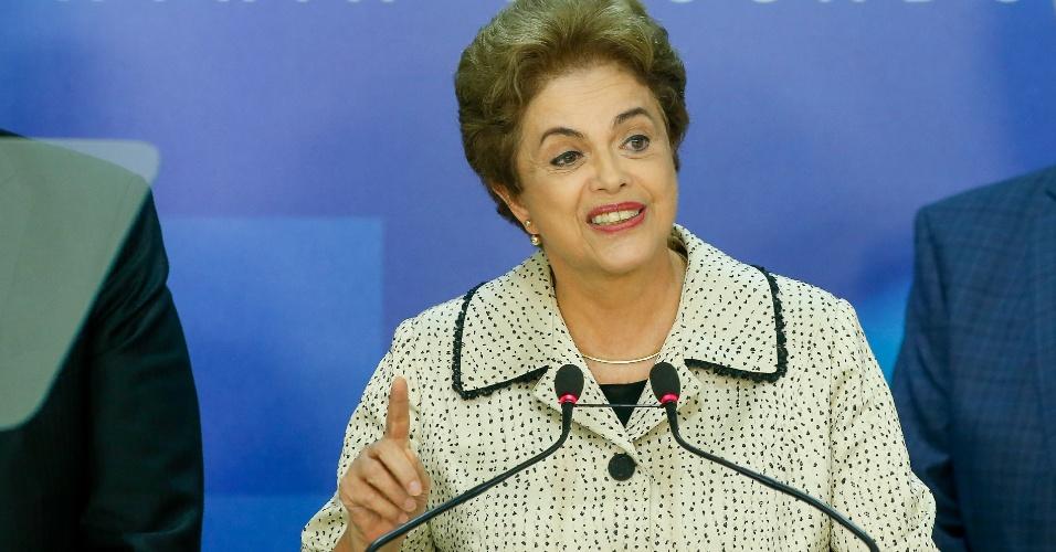 4.mar.2016 - Em pronunciamento, a presidente Dilma Rousseff (PT) defendeu o governo e o partido das acusações envolvendo a Operação Lava Jato. Seu antecessor no cargo, o ex-presidente Luiz Inácio Lula da Silva (PT), prestou depoimento na Polícia Federal e é um dos principais investigados na 24ª fase da Lava Jato