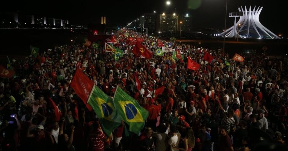18.mar.2016 - Em Brasília, manifestantes a favor da democracia continuam protestando pelas ruas