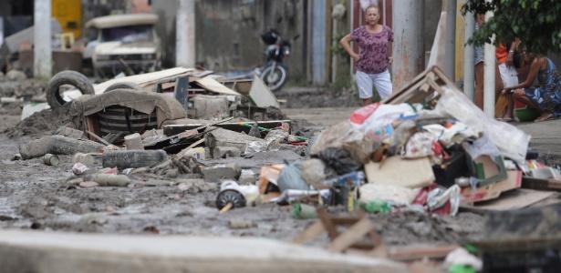 Estragos provocados pelo temporal ainda são vistos pelas ruas de São Gonçalo - Márcio Alves/Agência O Globo