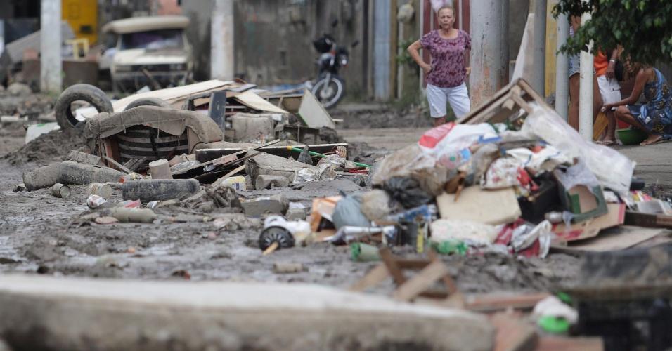 25.mar.2016 - Após dois dias, estragos provocados pelo temporal de quarta-feira (23) ainda provocam sérios transtornos para a população de São Gonçalo, na região metropolitana do Rio de Janeiro