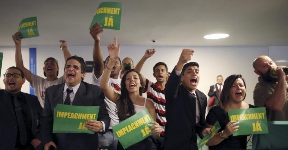 6.abr.2016 - Manifestantes favoráveis à derrubada da presidente Dilma Rousseff protestam em frente à sessão da Comissão do impeachment na Câmara dos Deputados, em Brasília