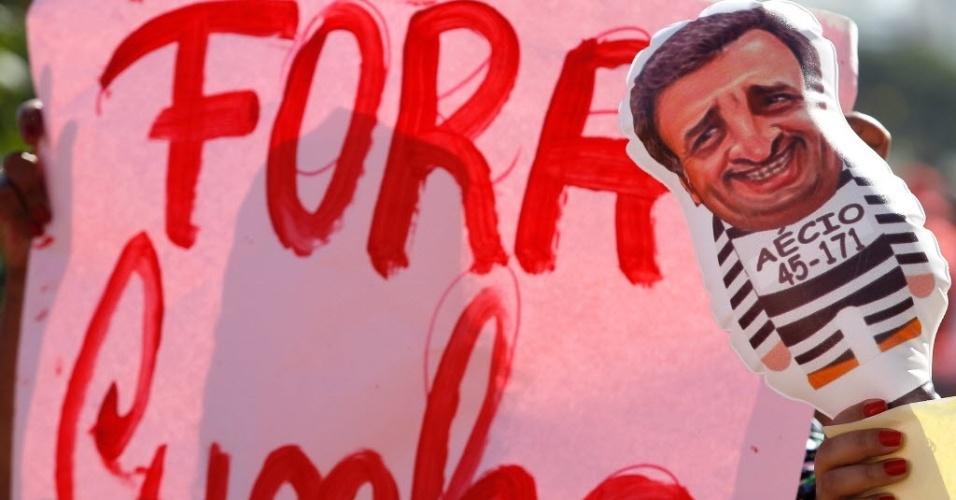 """17.abr.2016 - Manifestantes contrários ao impeachment da presidente Dilma Rousseff levam cartazes pedindo o """"fora Cunha"""" e um boneco inflável sugerindo a prisão de Aécio Neves"""