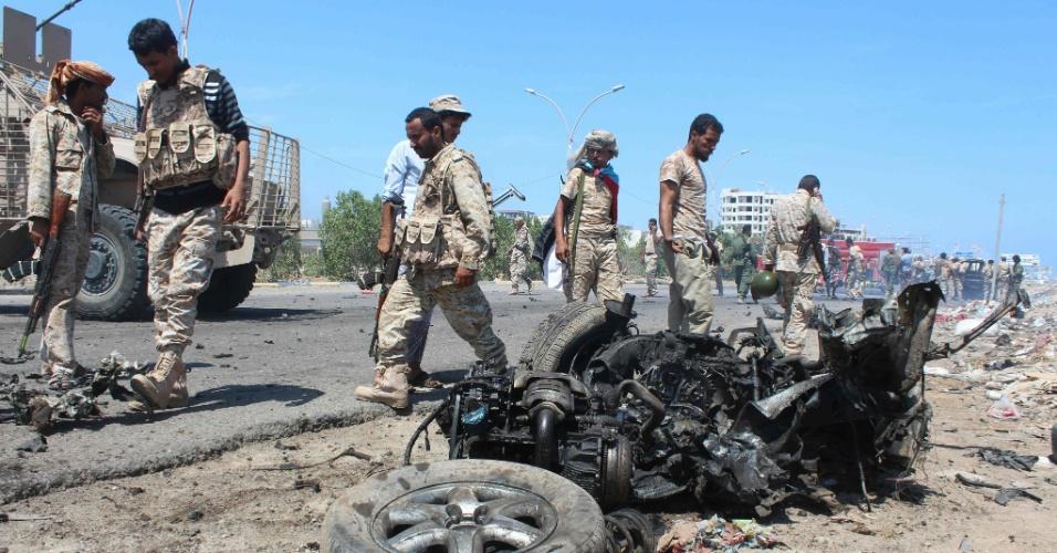 1º.mai.2016 - Forças de segurança inspecionam destroços de carro-bomba no distrito de Al-Mansoura, no Iêmen. O veículo explodiu quando o comboio do general Shallal Shayae passava, danificando veículos militares e gerando confrontos entre seus guardas e suspeitos na área de pertencerem à Al-Qaeda, disseram as autoridades. Cinco guardas iemenitas foram mortos no ataque