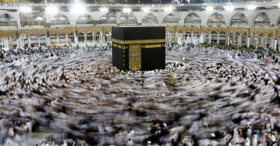 8.jun.2016 - Milhares de muçulmanos se reúnem ao redor da Caaba na Grande Mesquita de Meca, na Arábia Saudita. Começou nesta semana o Ramadã, mês mais sagrado do calendário muçulmano. Durante este período, os muçulmanos permanecem em jejum de comidas e bebidas do nascer ao pôr do sol e realizam uma série de orações e reflexões - a alimentação está permitida somente no período noturno