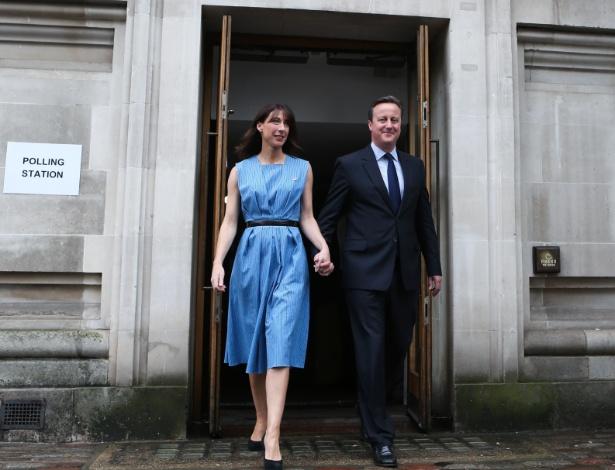 O premiê britânico, David Cameron, e sua mulher, Samantha, deixam seção eleitoral após votarem no referendo sobre a permanência do Reino Unido na União Europeia, em Londres