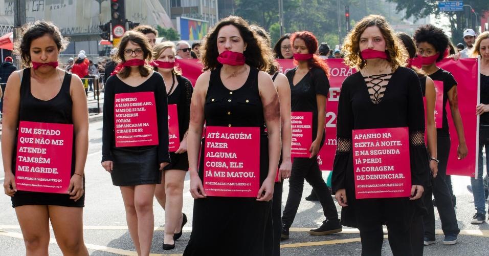 7.ago.2016 - Ativistas se manifestam na avenida Paulista, em São Paulo, para pedir que as delegacias da mulher comecem a funcionar 24 horas. Neste domingo, a Lei Maria da Penha, um dos principais instrumentos jurídicos de proteção à mulher, completa dez anos de existência