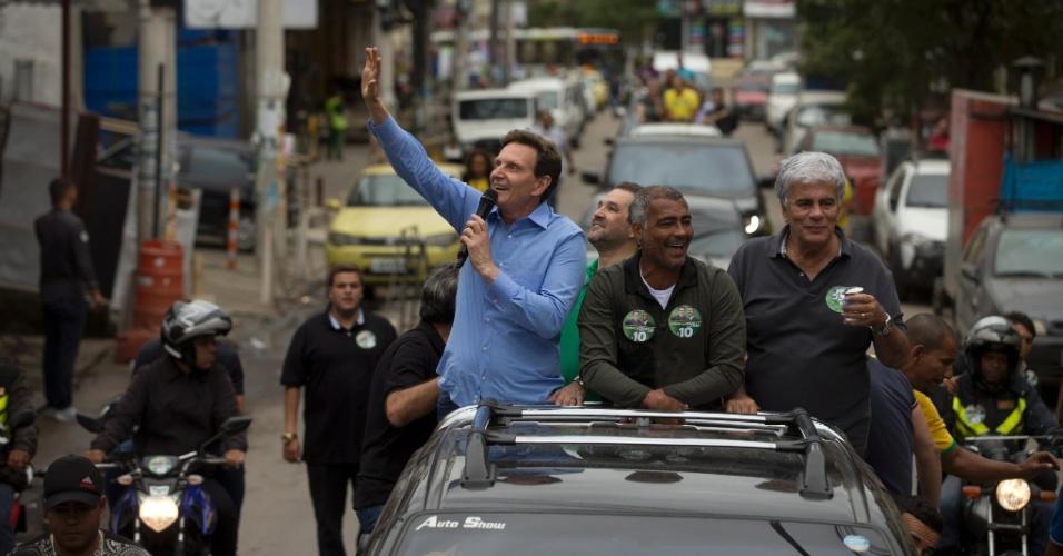 1º.out.2016 - O candidato a prefeito do Rio Marcelo Crivella (PRB) faz carreata pela zona oeste da cidade. Crivella estava acompanhado do senador Romário (centro) e do deputado estadual Wagner Montes (dir.)