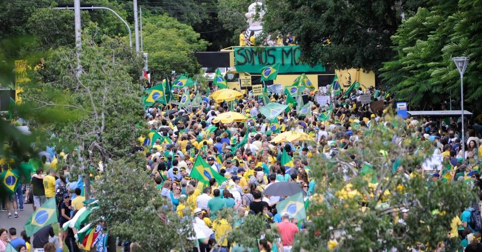 4.dez.2016 - Manifestantes se reúnem no Parque Moinhos de Vento, o Parcão, em Porto Alegre, para manifestar apoio ao juiz Sergio Moro e à Força-Tarefa da Lava Jato