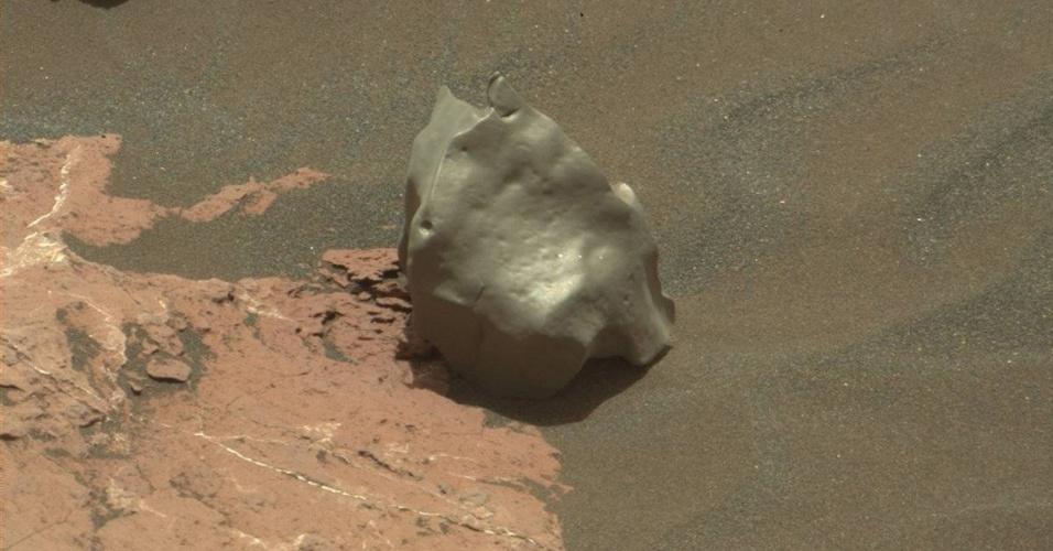 17.jan.2017 - METEORITO DE FERRO? - O Curiosity, da Nasa (Agência Espacial Norte-Americana), pode ter encontrado seu terceiro meteorito em Marte. Ao explorar o monte Sharp, o rover encontrou o que parece ser um meteorito de ferro-níquel. A máquina está analisando os componentes da rocha, se ele for feito principalmente de ferro, confirmamos que esse é um meteorito formado a partir do núcleo de um asteroide. Estranhamente, os meteoritos encontrados em Marte são feitos de ferro, apesar do fato de que, na Terra, 95% dos meteoritos são pedregosos