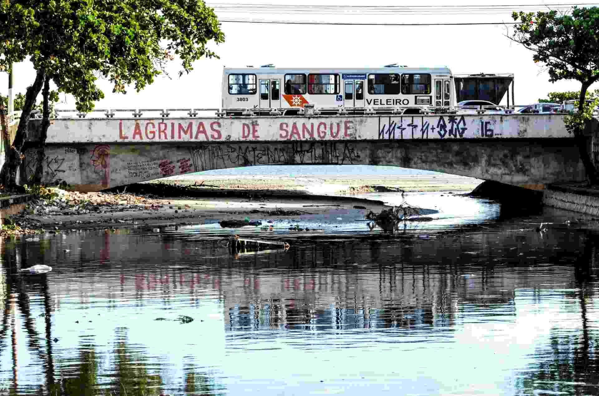 3.fev.2017 - Esgoto sem tratamento despejado no Riacho Salgadinho desemboca no mar no bairro Jaraguá, em Maceió - Beto Macário/UOL