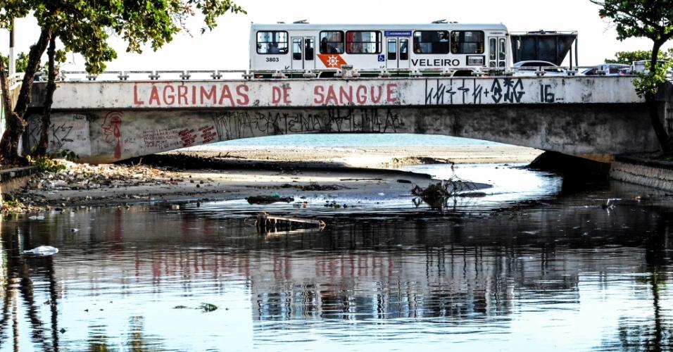 3.fev.2017 - Esgoto sem tratamento despejado no Riacho Salgadinho desemboca no mar no bairro Jaraguá, em Maceió