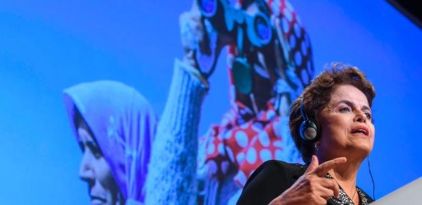 A presidente cassada Dilma Rousseff discursa durante uma conferência na sede do festival de cinema da Federação Internacional de Direitos Humanos (FIDH)
