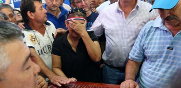 Efrain Alegre, presidente do Partido Liberal, e outros ativistas no funeral de Rodrigo Quintana, morto durante as manifestações