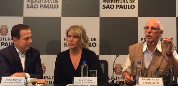 O prefeito de São Paulo, João Doria (PSDB), esteve em coletiva com a primeira-dama, Bia Doria, e o padre Julio Lancelotti, coordenador da Pastoral de Rua - Janaina Garcia/UOL