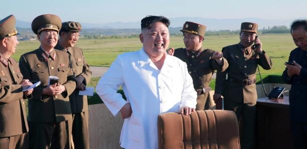 28.mai.2017 - O ditador norte-coreano, Kim Jong-un, observa teste de um novo tipo de defesa antiaérea, em foto divulgada pela agência estatal de notícias do país